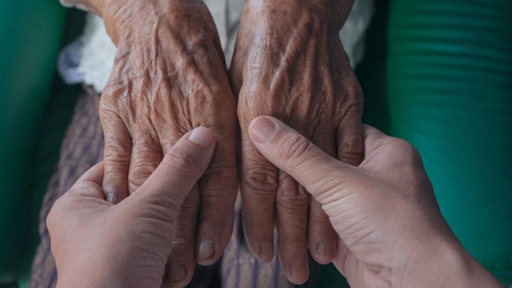 Adulto mayor, cuidado al adulto mayor, grúas para pacientes en México, apoyo al adulto mayor.