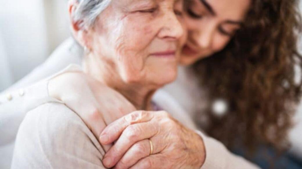 Cuidado del adulto mayor, entretenimiento, grúas para pacientes en México, conversaciones, mantener animado paciente cama