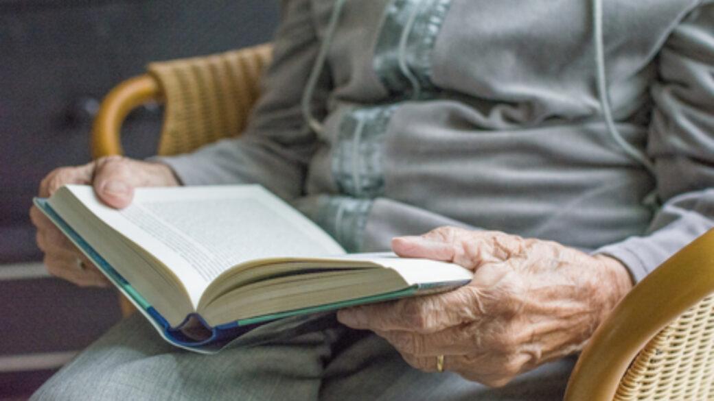 lectura, adulto mayor dependiente, entretenimiento, grúas para pacientes en México, mantener animado paciente cama