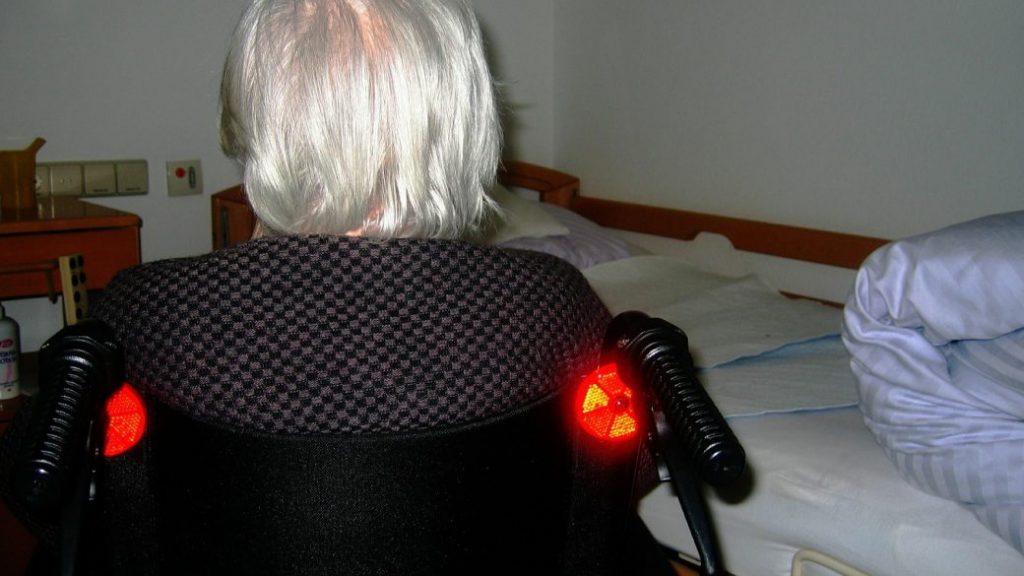 adulto mayor dependiente, silla de ruedas, grúas para pacientes en México
