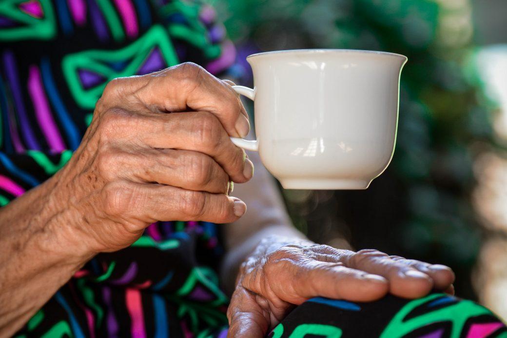 taza, manos, parkinson, grúas para pacientes en México, cuidado del Adulto Mayor