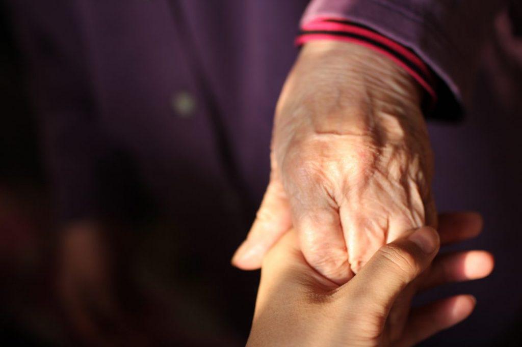 manos, cuidado del adulto mayor, parkinson, grúas para pacientes en México
